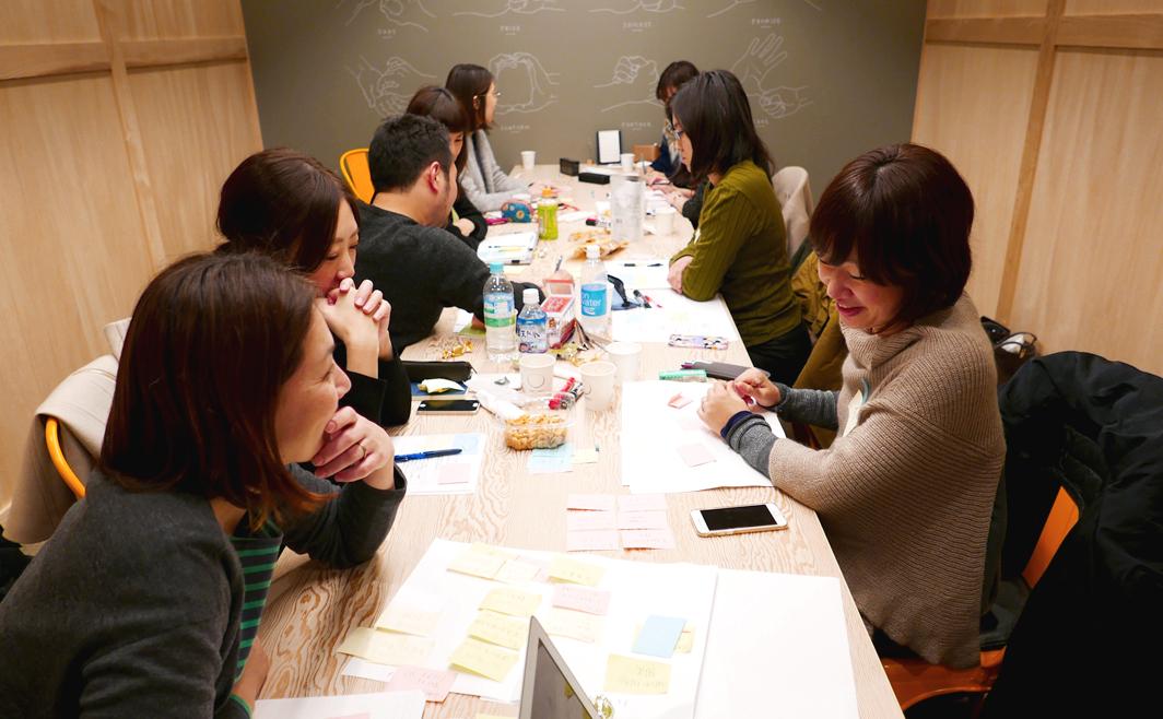 20〜40代のスタッフが案件毎にチームを作り、ブランディングやパッケージデザインに取り組んでいます。   プロジェクトにより国内外のデザイナーとコラボすることも増えつつあります。 <br /> <br /> オフィスは東京・日本橋と大阪・北浜です。(ドイツにも駐在してます)会議室とオフィスの大型モニターで常時東京と大阪をオンラインで繋いでいます。ブランド戦略やデザインのヒントが見つかる世界中の本や資料が多くあります。◎マスク無し写真は2019年撮影のものです